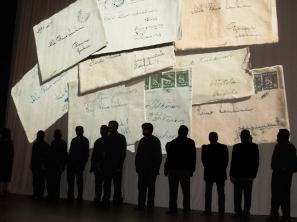 Miesten silhuetti kirjekuvassa
